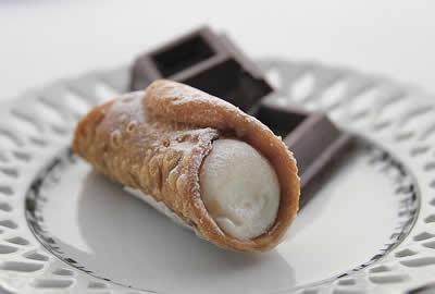 Produzione cannoli siciliani lunga shelf-life, biscotti artigianali, cioccolato di Modica, dolci speciali